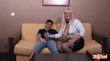 Молодая соседка и холостяк развлекаются утренним порно на кровати