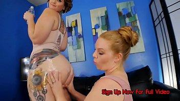 Девушка из дании балуется с крупными дойками напротив вебкамеры