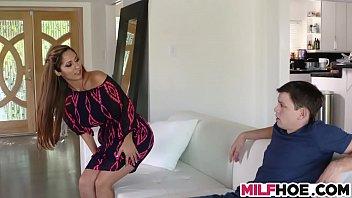 Лесбийский секс после шампанского преподнесла членозаменитель