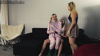 Муж скидывает как его супругу чпокают два негра