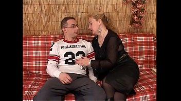 Блондиночка лижет пенис во время мастурбации