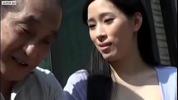 18 летняя девчонка вставляет трусишки в вульву на лестничной клетке