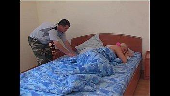 Стройняшка принимает душ и подставляет вульву под пальчики хахаля