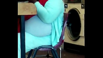 Хрупкая куколка в голубом парике пользуется членозаменитель перед зеркалом