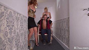 Блондиночка мастурбирует клитор членозаменителем во времячко сношения с секс автомобилем