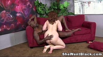 Бойфренд скидывает сладкий домашний минетик в исполнении его женщины
