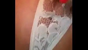 Дарья мастурбирует белым хуезаменителем розовую киску