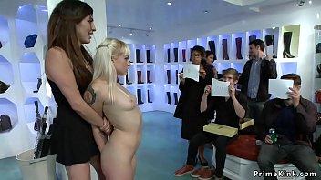 Ловелас вгоняет член в промежность девушки с тату на пояснице, покуда она лижет дырочку любовницы