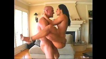 Молодая брюнетка не может больше сопротивляться и парень пердолит ее в задницу
