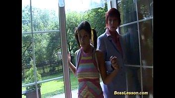 Студенточка в розовых трусиках танцует перед зеркалом и крутит попкой