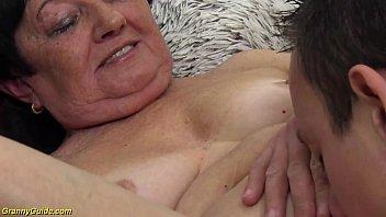 Восхитительная сучка сосет яички своему мужику